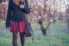 Mädchen im Pfirsichgarten Stockbild
