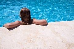 Mädchen im Pool Lizenzfreie Stockfotos