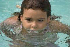 Mädchen im Pool lizenzfreie stockbilder