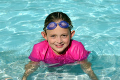 Mädchen im Pool Stockbilder