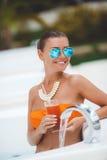Mädchen im Pool mit einem Glas des roten Cocktails Lizenzfreie Stockbilder