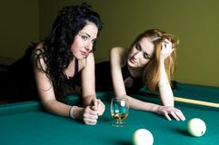 Mädchen im Poolklumpen lizenzfreie stockfotos