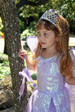 Mädchen im Prinzessinkostüm stockfotografie