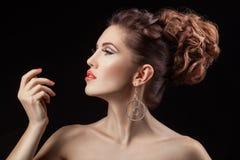 Mädchen im Profil mit einer korallenroten Lippenfarbe Stockbilder