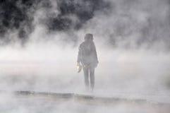 Mädchen im Rauche stockfotos