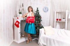 Mädchen im Raum vor Weihnachten und neuem Jahr Lizenzfreie Stockbilder