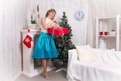 Mädchen im Raum vor Weihnachten und neuem Jahr Stockfotos