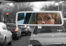 Mädchen im Rearviewspiegel Stockfotos
