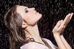 Mädchen im Regen lizenzfreie stockfotos