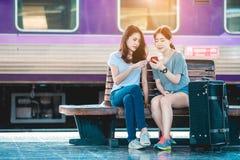 Mädchen im Reisemoment Stockfotos