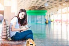 Mädchen im Reisemoment Stockfoto