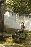 Mädchen im Rollstuhl - Vertikale Stockbild