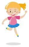 Mädchen im rosa Hemd und im blauem Rockspringen Lizenzfreie Stockfotografie