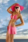 Mädchen im rosafarbenen Bikini mit Hut Lizenzfreies Stockfoto