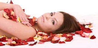 Mädchen im rosafarbenen Blumenblatt. Badekurort Beautician. Stockbilder