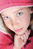 Mädchen im rosafarbenen Hoodie lizenzfreie stockfotos