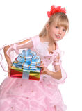 Mädchen im rosafarbenen Kleid mit Geschenkkasten. Lizenzfreies Stockfoto