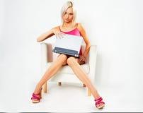 Mädchen im rosafarbenen Kleid mit Laptop Lizenzfreies Stockbild