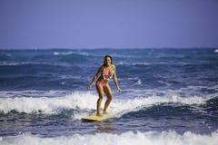 Mädchen im rosafarbenen surfenden Bikini Stockfotografie