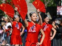 Mädchen im roten Abgleichen mit chinesischen Gebläsen Lizenzfreies Stockfoto