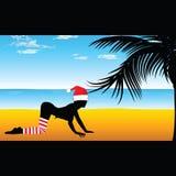 Mädchen im roten Hut auf dem Strand mit Palme Stockfotos