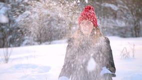 Mädchen im roten Hut und im schwarzen Mantel draußen stock video
