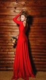 Mädchen im roten Kleid mit Blumen Stockbilder