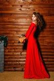 Mädchen im roten Kleid mit Blumen Stockbild