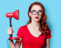 Mädchen im roten Kleid mit Lampe Stockfoto