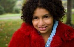 Mädchen im roten Mantel stockfotografie