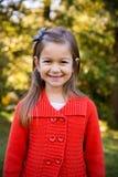 Mädchen im roten Strickjacken-Porträt Lizenzfreies Stockfoto