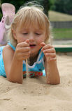 Mädchen im Sand Stockfotografie