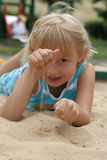 Mädchen im Sand Stockfotos