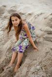 Mädchen im Sand Stockbilder