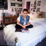Mädchen im Schlafzimmer lizenzfreies stockbild