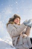 Mädchen im Schneestaub Stockbild