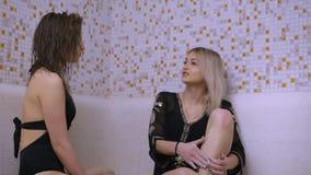Mädchen im schwarzen Badeanzug, der auf hammam im Badekurortraum 4K spricht und stillsteht stock footage