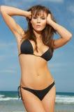 Mädchen im schwarzen Bikini lizenzfreie stockbilder