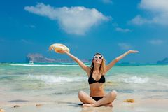 Mädchen im schwarzen Bikini und mit Hut auf Balos-Strand lizenzfreie stockfotos