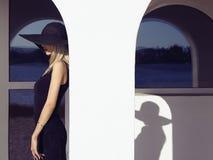 Mädchen im schwarzen Kleid und im Hut Lizenzfreies Stockfoto