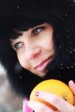 Mädchen im schwarzen Winterhut Lizenzfreies Stockbild