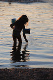 Mädchen im See Stockfotos
