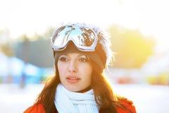 Mädchen im Skifahrer in der hellen Kleidung Lizenzfreie Stockfotografie