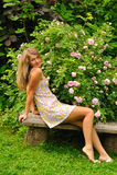 Mädchen im Sommergarten Stockbilder