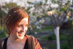 Mädchen im Sommergarten Lizenzfreie Stockfotografie