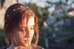 Mädchen im Sommergarten Lizenzfreies Stockfoto