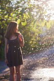 Mädchen im Sommergarten Stockfotos