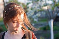 Mädchen im Sommergarten Lizenzfreie Stockbilder