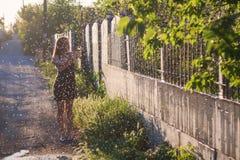 Mädchen im Sommergarten Stockbild