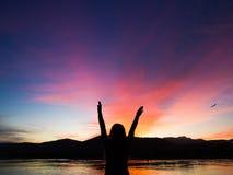 Mädchen im Sonnenaufgang in Paraty lizenzfreies stockbild